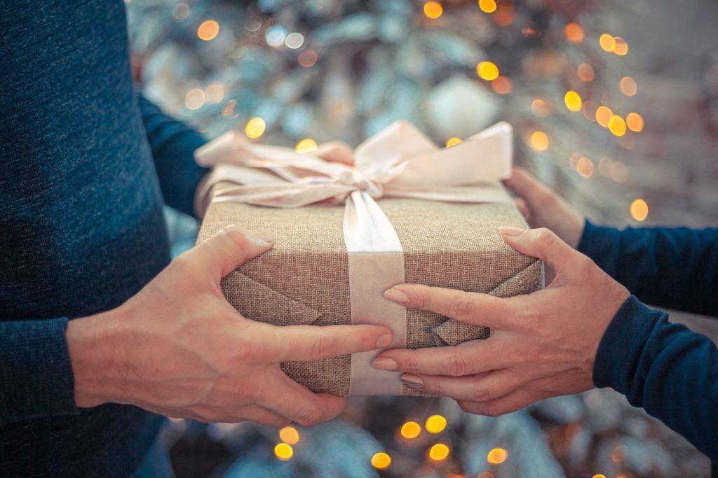 プレゼントを受け取る男女