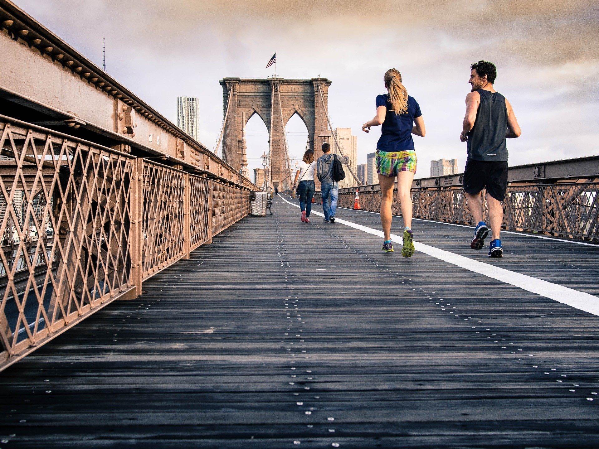 マラソンをする2人
