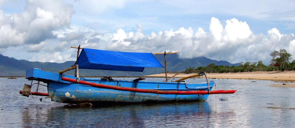 かわに浮かぶインドネシアの舟