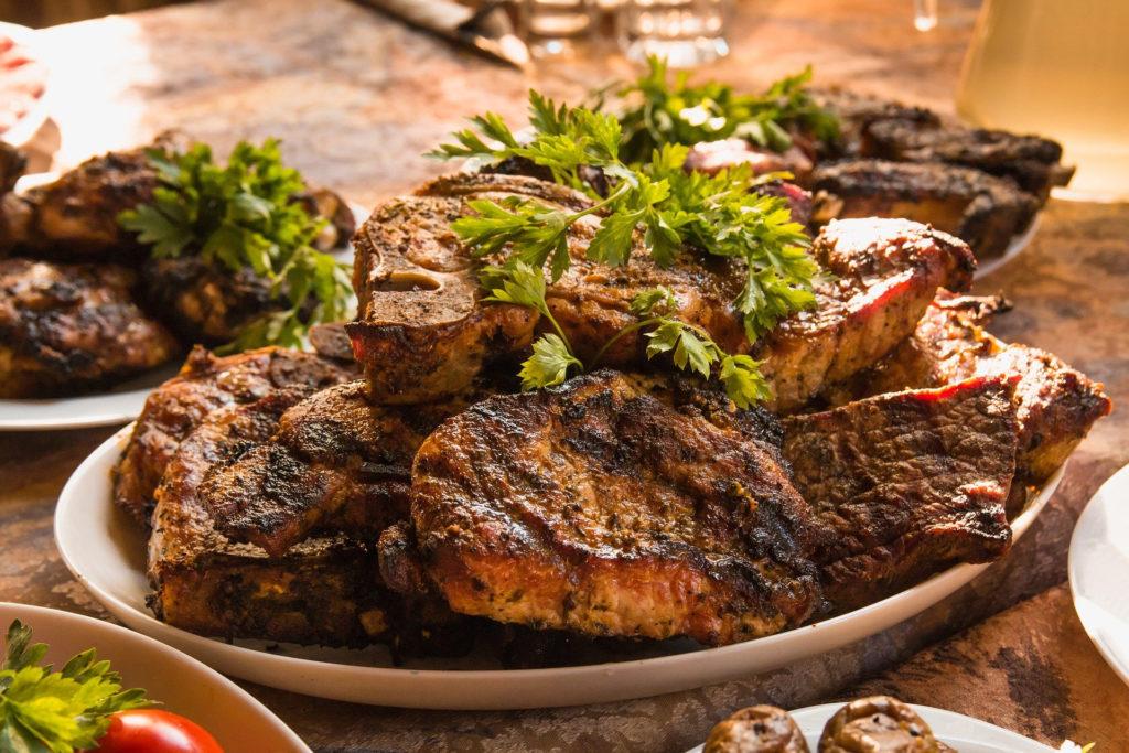 お皿に乗る大量のお肉