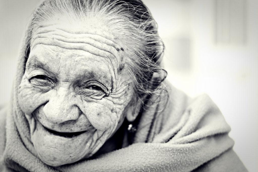 高齢女性の笑顔の写真