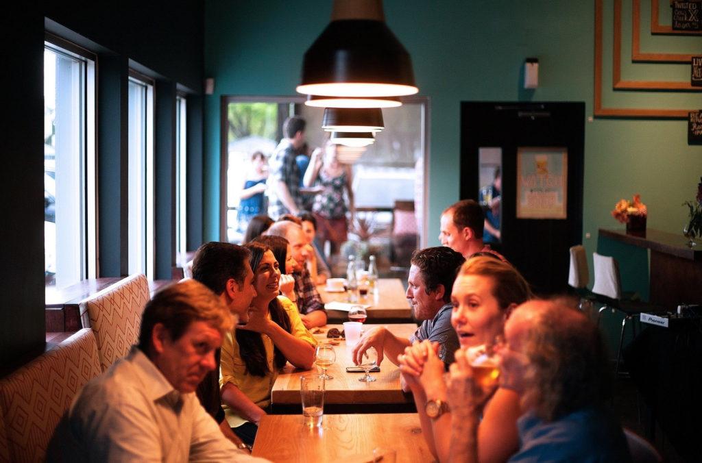 複数の男女が談笑する食事会の写真