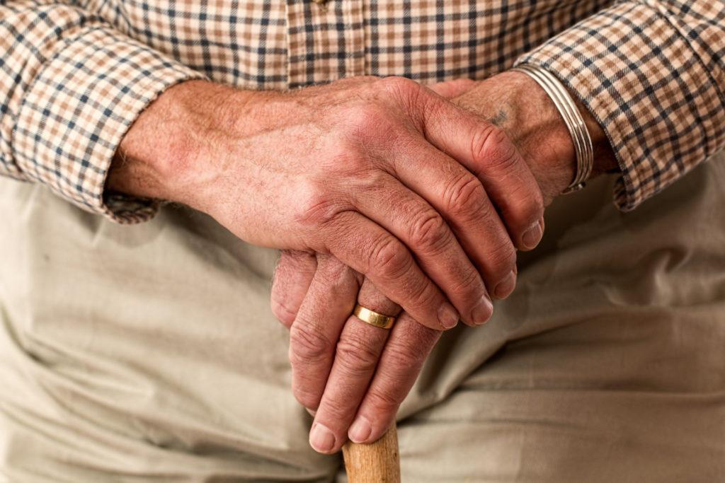 手を交える老人