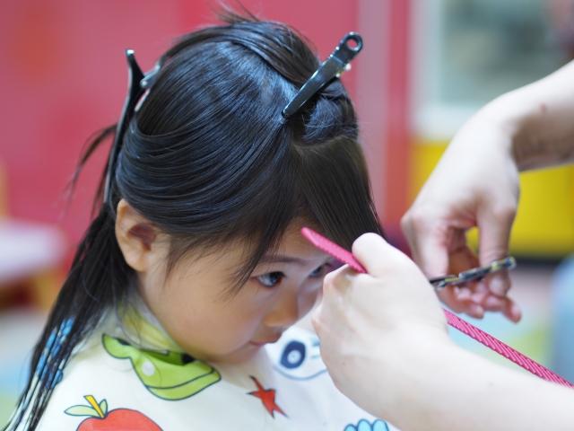 前髪を切る少女